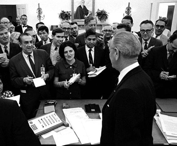 Helen Thomas durante una comparecencia del presidente Lyndon B. Johnson en 1968