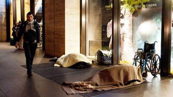 Dois moradores de rua passam a noite nas ruas de Roma.