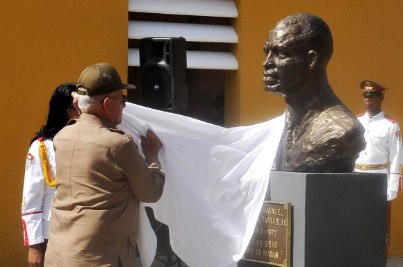 El general de cuerpo de ejercito Ramón Espinoza, miembro del buro político del CCPCC, devela el busto de Sarría. Foto: José Raúl Rodríguez Robleda