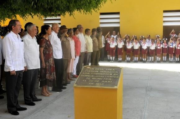 Dirigentes del partido y del gobierno, altos oficiales de las Fuerzas Armadas Revolucionarias durante el acto de develación del busto de Pedro Sarría en Santiago de Cuba. Foto: José Raúl Rodríguez Robleda