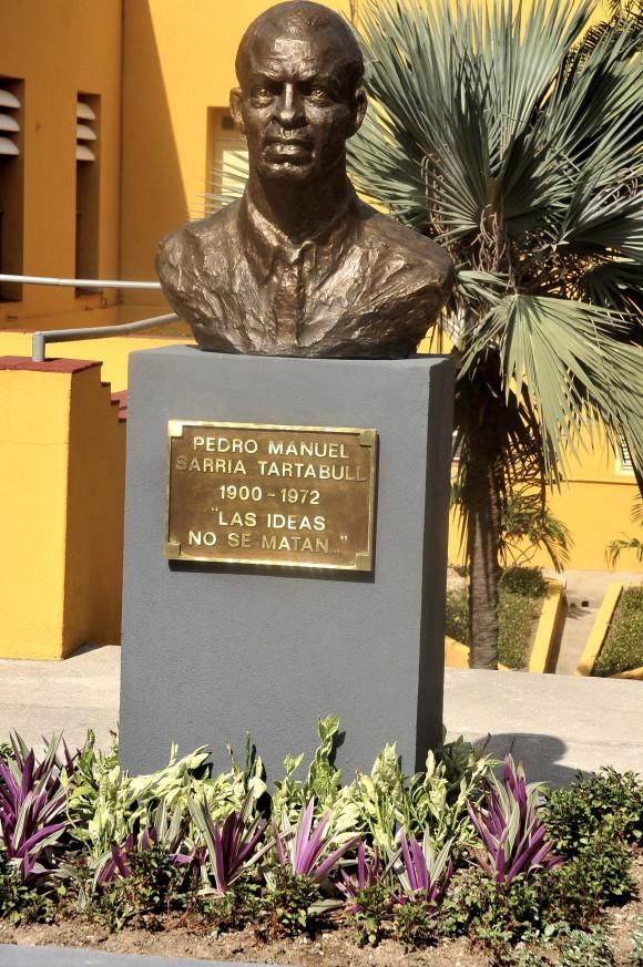 Busto de Pedro Sarría en el patio del Museo 26 de Julio, antiguo cuartel Moncada. Foto: José Raúl Rodríguez Robleda