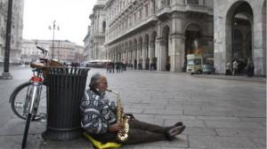 La imagen es de Mián. En las grandes ciudades italianas cada vez se hacen más visibles los miles de desocupados.