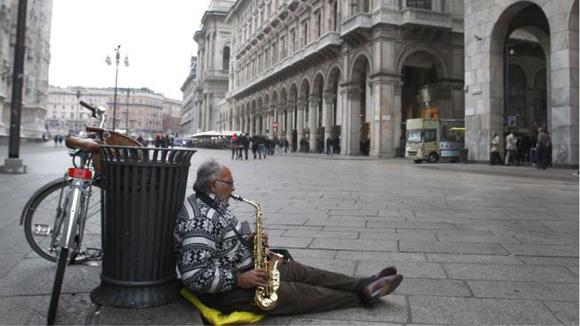 A imagem é Mian.  Nas grandes cidades italianas se tornado cada vez mais visíveis os milhares de desempregados.