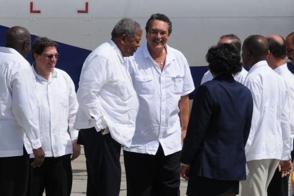 Los primeros ministro de Santa Lucía y Antigua y Barbuda al llegar al Aeropuerto de Santiago de Cuba. Foto: Vladimir Molina Espada/ Prensa Latina/Cubadebate