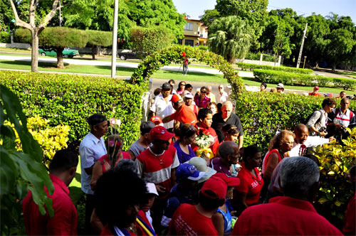 Los visitantes cubrían los jardines de la sede diplomática. Foto: Roberto Garaicoa.