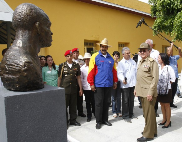 Los líderes de la región visitaron el Monumento a Sarría, el teniente que impidió que Fidel fuera asesinado tras el Asalto al Moncada. Foto: Ismael Francisco/Cubadebate