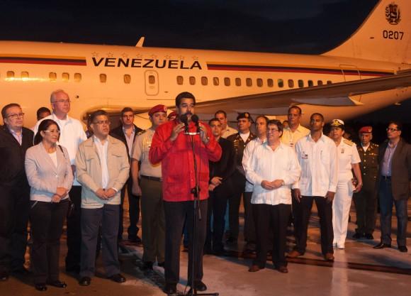 """El Presidente de Venezuela, Nicolás Maduro (centro) acompañado de su equipo de gobierno, habla a su llegada al Aeropuerto Internacional """"Antonio Maceo"""". Maduro  asistirá a la conmemoración del aniversario 60 del asalto a los cuarteles Moncada y Carlos Manuel de Céspedes. Jueves 25 de julio de 2013, Santiago de Cuba. FOTO de Calixto N. Llanes/Juventud Rebelde/Cubadebat"""