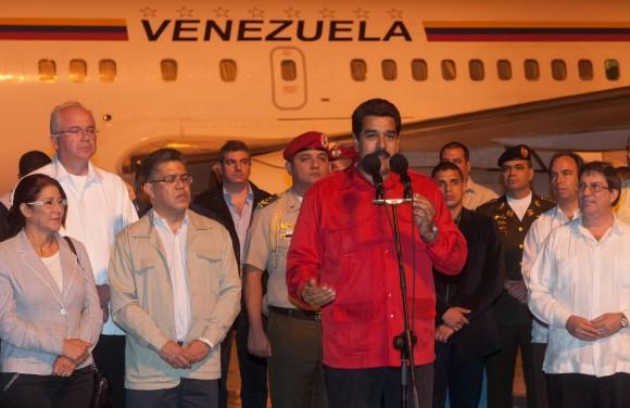 """El Presidente de Venezuela, Nicolás Maduro (centro) acompañado de su equipo de gobierno, habla a su llegada al Aeropuerto Internacional """"Antonio Maceo"""". Maduro  asistirá a la conmemoración del aniversario 60 del asalto a los cuarteles Moncada y Carlos Manuel de Céspedes. Jueves 25 de julio de 2013, Santiago de Cuba. FOTO de Calixto N. Llanes/Juventud Rebelde/Cubadebate"""