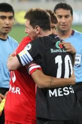 Messi y Neymar se abrazan