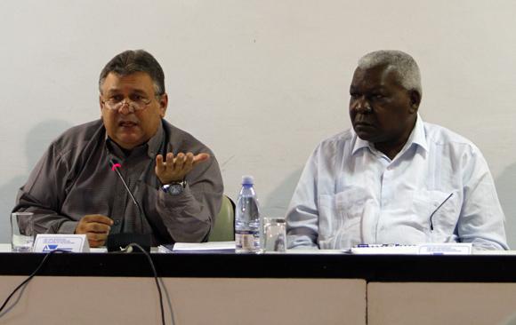 Marino Murillo y Esteban Lazo durante los debates en la Comisión de Asuntos Económicos de la Asamblea Nacional del Poder Popular.