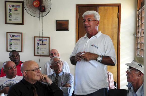 Fuentes interviene. Al fondo, con pullover rojo, el gran Rogelio. Foto: Ladyrene Pérez/Cubadebate.