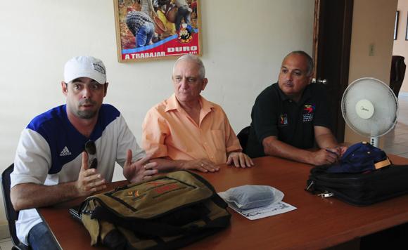 De izquierda a derecha, Michel Contreras, de Cubadebate; el escritor Juan A. Martínez de Osaba y Goenaga; y el titular de Deportes pinareño, Heriberto Suárez. Foto: Ladyrene Pérez/Cubadebate.