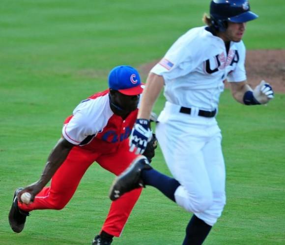 Jugada en el quinto y último partido del tope de béisbol entre los equipos de Cuba y los Estados Unidos, en el estadio Bulls Athletic Park, en la ciudad norteamericana de Durham, en el estado de Carolina del Norte, el 23 de julio de 2013. Foto:Ricardo López Hevia/Cubadebate
