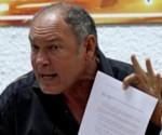 Alberto Juantorena muestra la carta dirigida a Lamine Diack.
