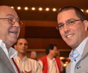 Arreaza (derecha) junto al escritor cubano Miguel Barnet.