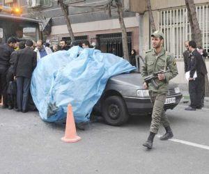 Imagen de archivo en la que se muestra a autoridades iraníes inspeccionando el sitio donde una bomba mató a un científico nuclear en Teherán