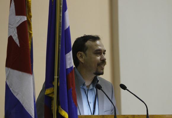 Raúl Garcés presentó una de las ponencias introductorias del debate del Congreso.  Foto: Ismael Francisco / Cubadebate.