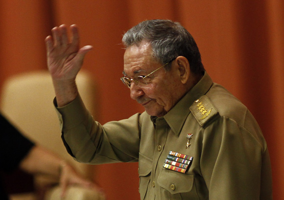 Raúl saluda a los diputados al entrar a la Sala Plenaria del Palacio de Convenciones. Foto: Ismael Francisco/Cubadebate