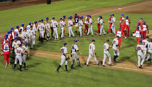 El saludo de los equipos. Foto: Nati Harnik/AP.