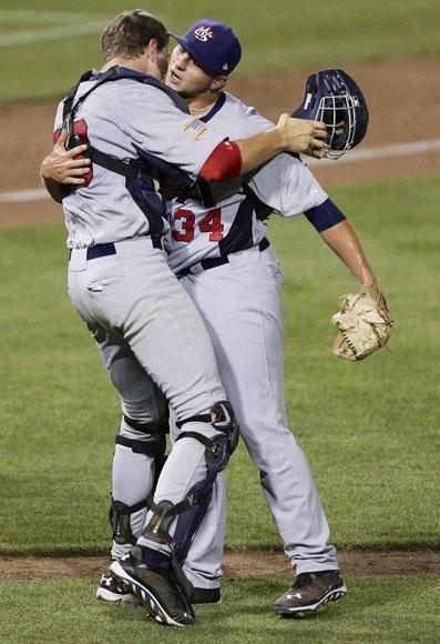 El relevista Ferrell se abraza con el catcher Greiner. Foto: Nati Harnik/AP.