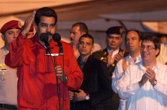 """El Presidente de Venezuela, Nicolás Maduro (izquierda) fue recibido  en el Aeropuerto Internacional """"Antonio Maceo"""" por Bruno Rodríguez (derecha), Ministro de Relaciones Exteriores de Cuba. Maduro asistirá junto a su equipo de gobierno a la conmemoración del aniversario 60 del asalto a los cuarteles Moncada y Carlos Manuel de Céspedes. Jueves 25 de julio de 2013, Santiago de Cuba. FOTO de Calixto N. Llanes/Juventud Rebelde/Cubadebate"""
