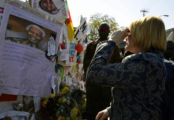 NELSON MANDELA PERMANECE EN ESTADO CRÕTICO EN EL HOSPITAL