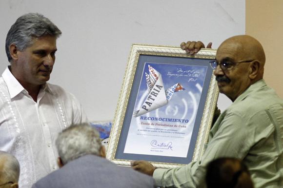 Entrega el presidente cubano Raúl Castro reconocimiento a periodistas cubanos, Miguel Diaz-Canel hace entrega a Antonio Molto presidente de la UPEC. Foto: Ismael Francisco/Cubadebate.