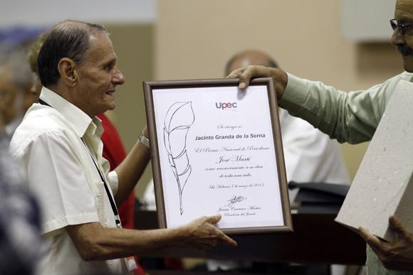 Recibe Jacinto Granda periodista de Pl, premio nacional José Marti. Foto: Ismael Francisco/Cubadebate.