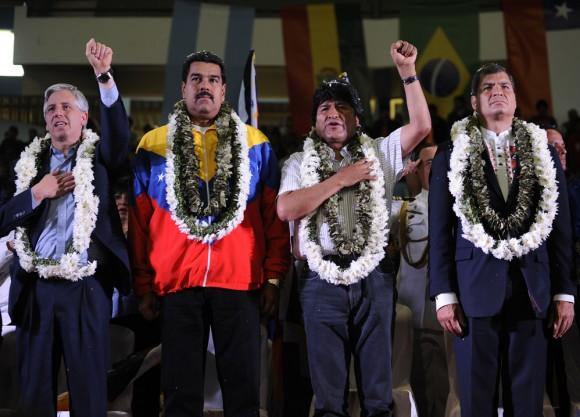 De derecha a izquierda, Correa, Evo, Maduro y Garcia Linera en el acto de solidaridad con Evo en Cochabamba. Foto AFP