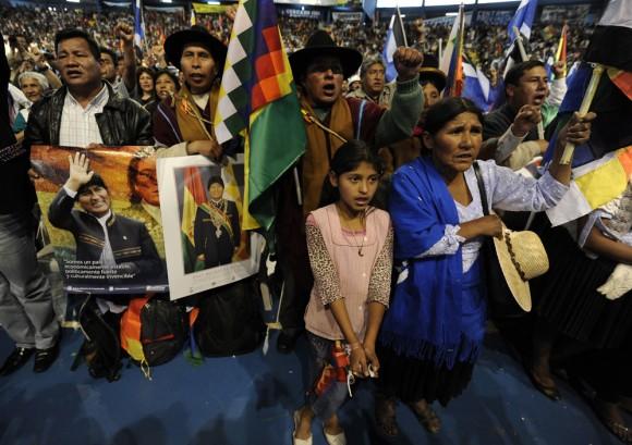 Miembros de organizaciones sociales asistieron al acto de solidaridad en Cochabamba. Foto: AFP