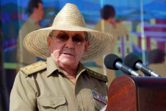 Raúl habla en el Acto por el Anviersario 60 del Asalto a los Cuarteles Moncada y Carlos Manuel de Céspedes, 26 de julio de 2013. Foto: Ismael Francisco/Cubadebate