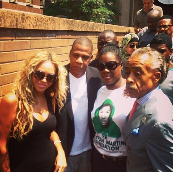 Beyonce y Jay Z, junto a la madre de Trayvon Martin. Foto: Twitter.