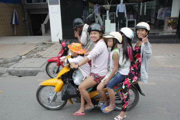 En familia, hasta 5 caben en una moto. Foto: Rafael Solís.