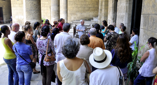 3 Los asistentes escuchan con antenci+¦n la narracion del Dr. Leal de aquellos a+¦os de busqueda.  Foto. Roberto Garaicoa-Cubadebate