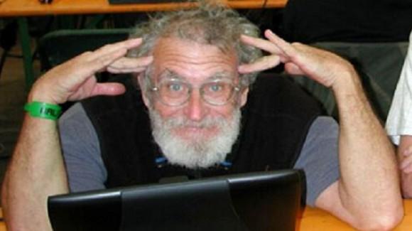 John Draper, uno de los primeros en la historia de la piratería informática mundial. A Draper se le ocurrió una manera eficaz de hacer llamadas telefónicas gratuitas ('phreaking'). Además de sentar las bases en la irrupción telefónica, es conocido como el autor del primer programa editor de texto para el IBM PC.