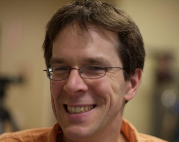 Robert Tappan Morris, profesor asociado en el Instituto Tecnológico de Massachusetts, es conocido como el creador del primer 'gusano', que paralizó 6.000 computadoras en los Estados Unidos en noviembre de 1988. En 1989, Morris fue el primero en ser acusado de fraude informático. En 1990, fue condenado a tres años de libertad vigilada, 400 horas de servicio comunitario y una multa de 10.050 dólares.