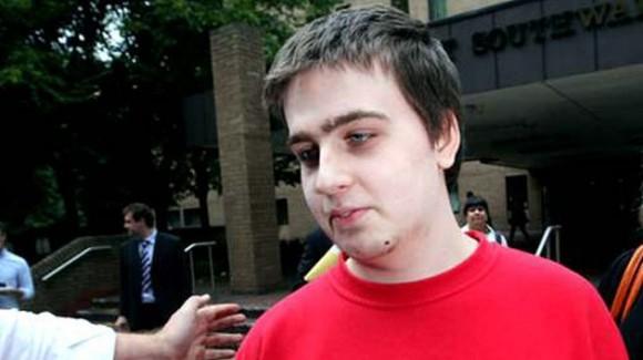 Ryan Cleary, 'hacker' británico líder del grupo LulzSec y exmiembro de Anonymous. Se le imputa la violación de la red PlayStation Network, ataques a las páginas de la CIA y la agencia británica SOCA, además de robar los datos del censo de 2011 en el Reino Unido, entre otros cargos.