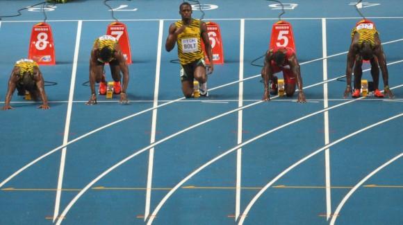 Bolt, en el centro, en los momentos previos a la salida de la carrera de los 100m.ANTONIN THUILLIER (AFP)