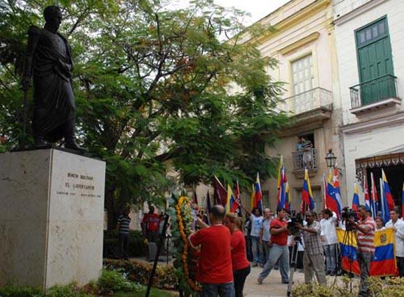 Jóvenes depositan ofrenda floral en el Monumento a Simón Bolívar de La Habana.