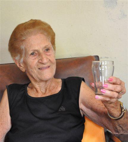 """Muestra el vaso en que Fidel tomó jugo de frutas enlatadas en la tienda """"La Tuya"""""""