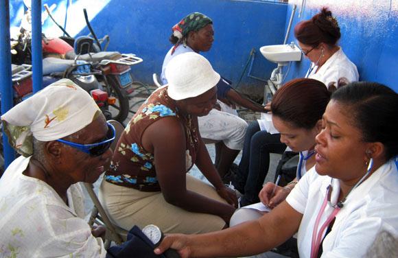 La brigada médica cubana durante una clínica móvil en el mercado Salomon de Puerto Príncipe. Foto: IPS.