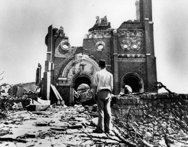 Destrozos causados por las bombas atómicas en Hiroshima y Nagasaki.