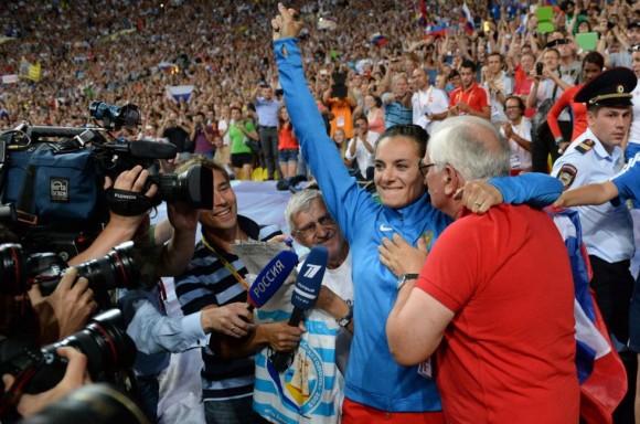 Isinbayeva abraza a su entrenador, Yevgueni Trofímov, tras hacerse con el oro en los Mundiales de Moscú.YURI KADOBNOV (AFP)