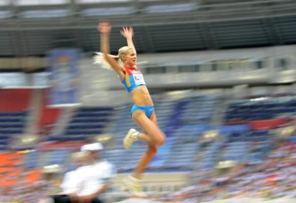 La rusa Darya Klishina 'vuela' en la competición de salto de longitud. KIRILL KUDRYAVTSEV (AFP)