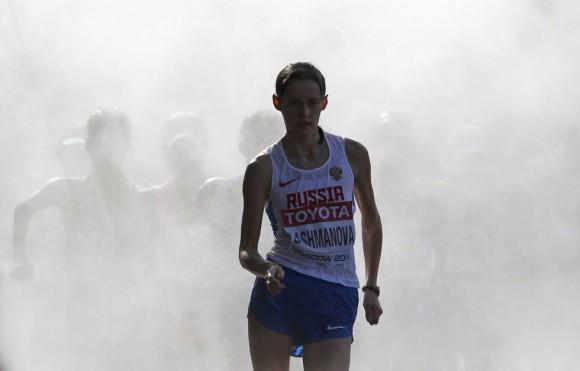 La rusa Elena Lashmanova sale de los vaporizadores de agua durante la final de 20 km marcha, en la que logró el oro.MAXIM SHEMETOV (REUTERS