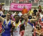 Al centro, Larduet tras recibir una de las dos medallas de oro.
