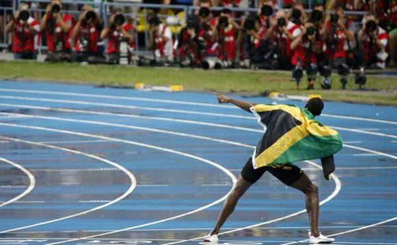 Los fotógrafos inmortalizan el típico gesto del corredor jamaicano.Misha Japaridze (AP