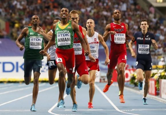 Mohammed Aman (en primer término) consigue el oro en la prueba de 800 metros, por delante del estadounidense Nick Symmonds, y ante la notable ausencia del keniata David Rudisha.LUCY NICHOLSON (REUTERS)