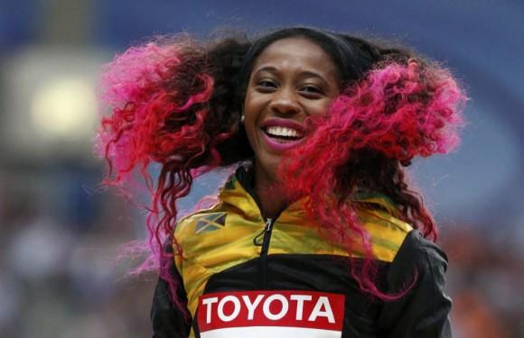 Shelly Ann Fraser-Pryce, medalla de oro en los 100 metros lisos, sonriente durante la ceremonia de entrega de medallas en Moscú.GRIGORY DUKOR (REUTERS)