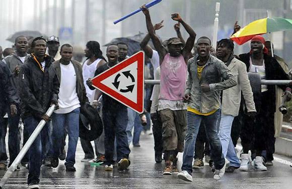 Un grupo de inmigrantes desafía a la policía italiana, en Nápoles (2008). Imagen de Archivo.